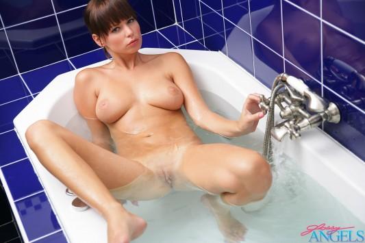 desnuda en la bañera