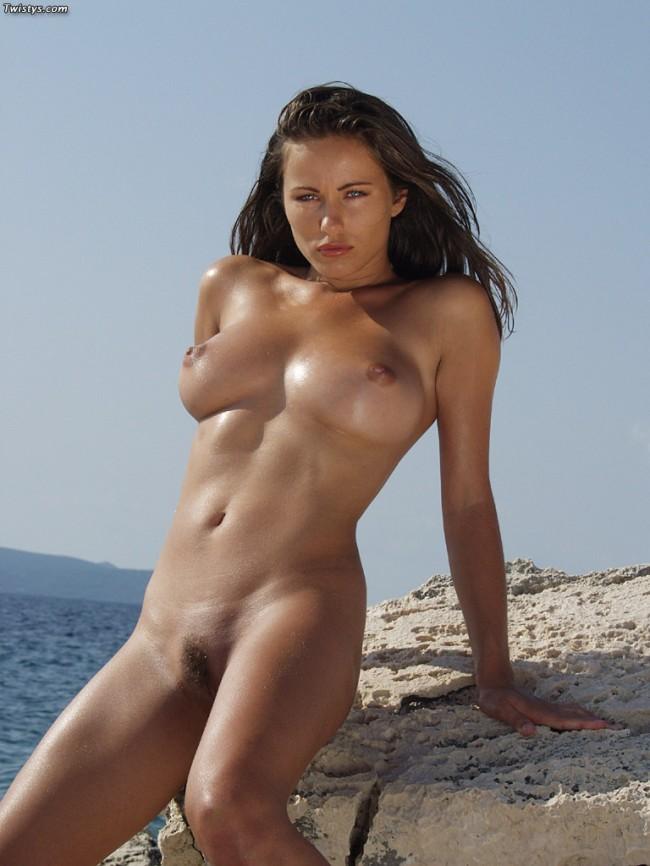 chica desnuda en la playa