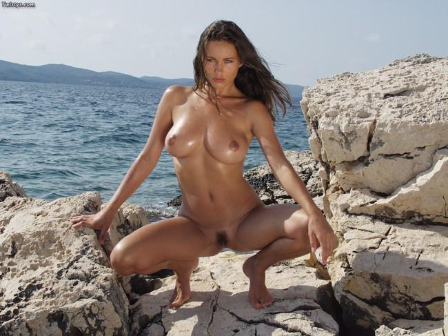 cuerpo de chica desnuda en el mar
