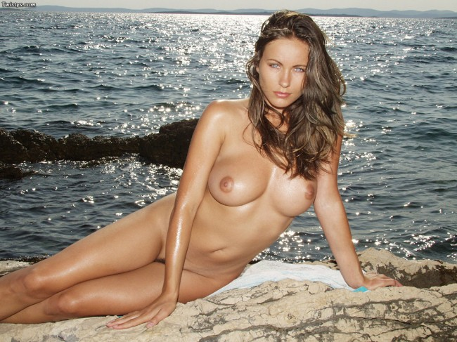 estudiante posando desnuda en la playa